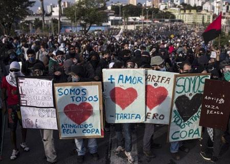 Các tầm biểu ngữ được sử dụng rất nhiều tại các cuộc biểu tình