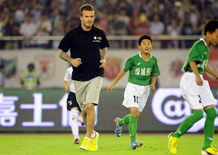 Các cầu thủ trẻ hạnh phúc khi được đá bóng với một ngôi sao lớn