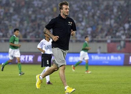 Sau trận, cầu thủ hai đội vây quanh lấy ngôi sao người Anh để thể hiện sự hâm mộ