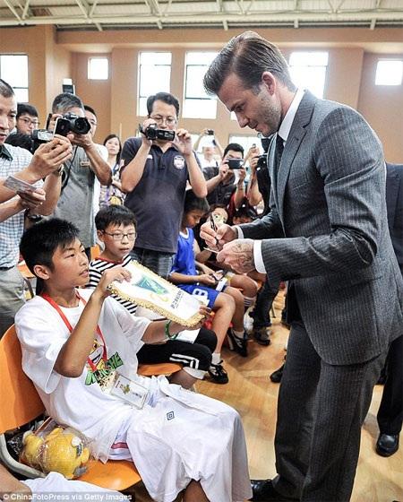 Beckham ký tặng những CĐV nhí