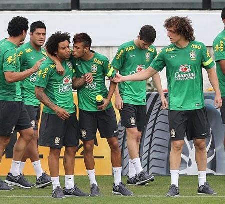 Không khí buổi tập diễn ra rất cởi mở. Neymar đã thoải mái trêu đùa Marcelo