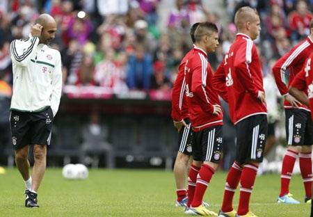 Guardiola đi xung quanh quan sátkhi các học trò khởi động