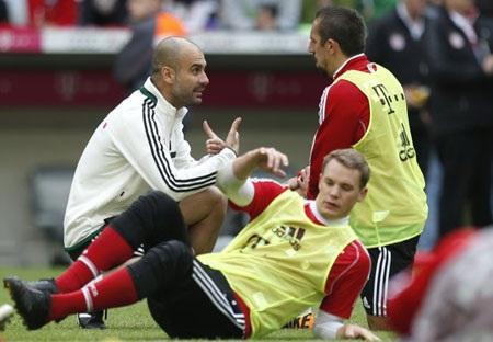 Guardiola trao đổi với Ribery