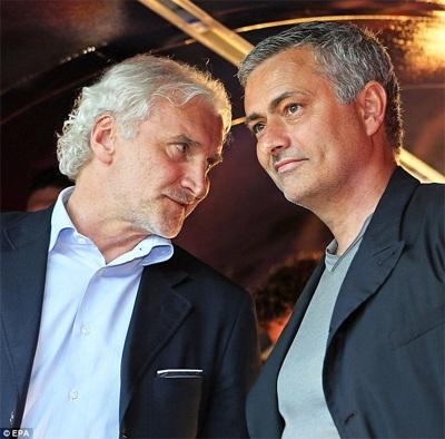 Rudi Voller bên cạnh Mourinho. Voller làm huấn luyện viên của đội Các người bạn của Ballack
