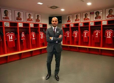 Guardiola bên phòng thay đồ của các học trò mới