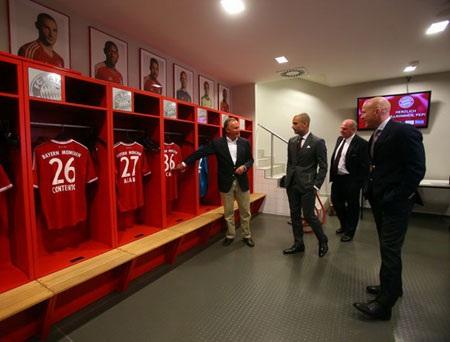 Karl-Heinz Rummenigge giới thiệu từng vị trí để đồ của cầu thủ cho tân huấn luyện viên