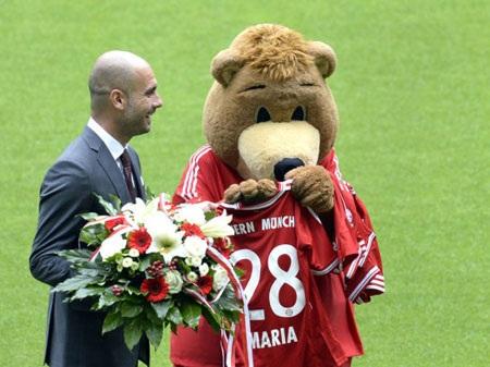 Vị thuyền trưởng mới của Bayern Munich bên cạnh linh vật của Bayern Munich