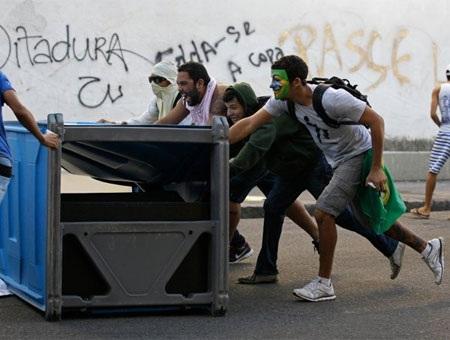 Rất nhiều cảnh sát được huy động để chốt chặn trên nhiều tuyến phố tại Sao Paulo