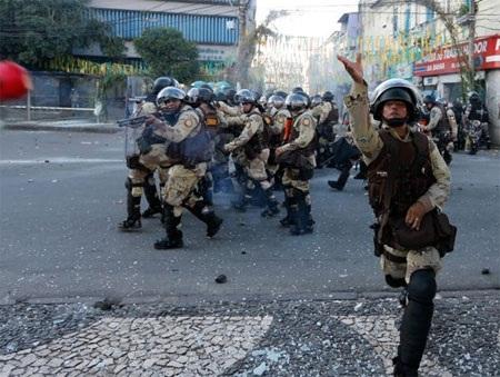 Cảnh sát đã phải dùng đến các phương án mạnh để giải tán đám đông