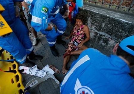 Người hâm mộ chạy toán loạn trước sự đàn áp mạnh mẽ của cảnh sát