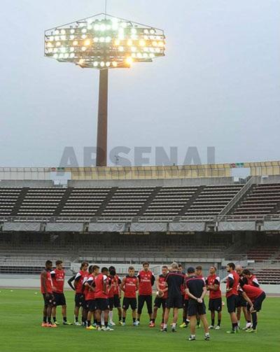 Sau một ngày di chuyển từ Nagoya tới Saitana. Các cầu thủ Arsenal đã bắt tay vào tập luyện
