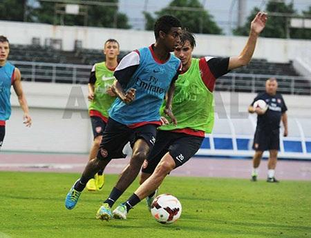 Tiền vệ trẻ Gedion Zelalem (trái) đã gây ấn tượng mạnh ở trận đấu trước Nagoya