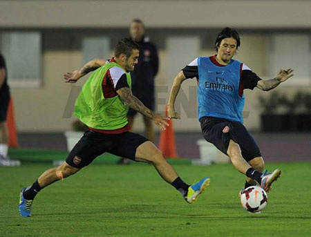 Các cầu thủ Arsenal bất chấp thời tiết xấuđã tiếp tục tập luyện hăng say