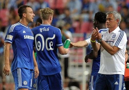 Mourinho chỉ đạo học trò thi đấu