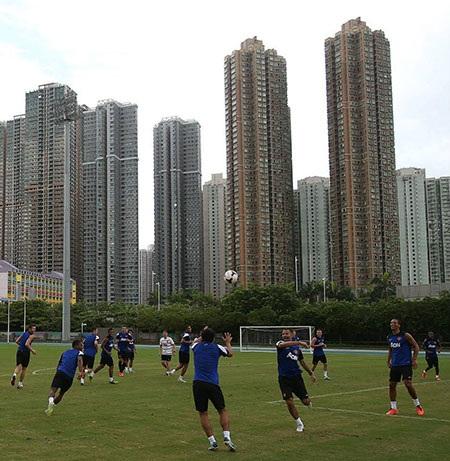 Quang cảnh đằng sau sân tập của MU là những tòa nhà chọc trời