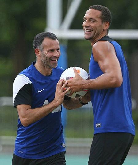 Giggs đã buổi và bắt được bóng trong tay của Ferdinand