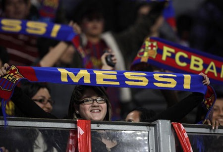Một cổ động viên giơ chiếc khăn có in tên Messi
