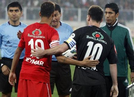 Hai đội trưởng cùng mang áo số 10