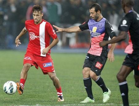 Neymar trong vòng vây của đối phương
