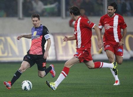 Messi trong một pha đi bóng. Đội của Messi đã thắng 8-5 ở trận này