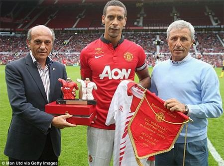Cầu thủ đội trưởng MU nhận quà lưu niệm từ Sevilla
