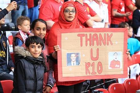 Một CĐV với tấm biểu ngữ cổ vũ khó kiểu. Cảm ơn R10 (Rooney), nhưng lại dán hình của...Ferdinand