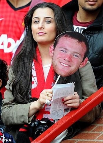 Một nữ CĐV xinh đẹp với tấm mặt nạ của Rooney