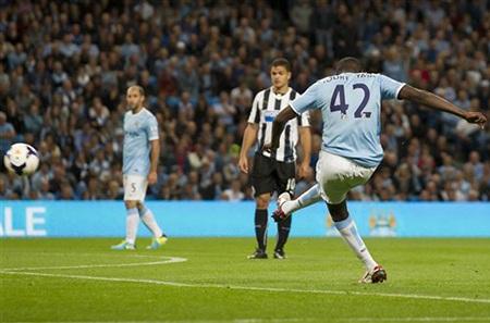 Ngay đầu hiệp 2, Yaya Toure đã sút bóng tung lưới Newcaslte lần 3 từ quả đá phạt
