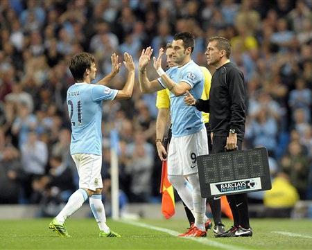 Negredo có trận đầu tại Premier League sau khi vào sân thay Silva