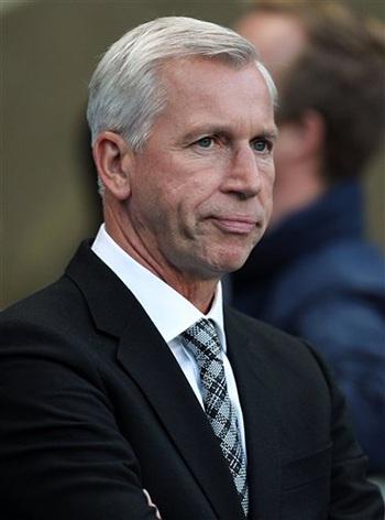 Sự thất vọng rõ nét của Pardew khi đội bóng của ông thảm bại