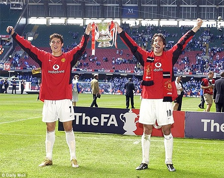 Ronaldo và Van Nistelrooy cùng nâng cao chiếc cúp FA