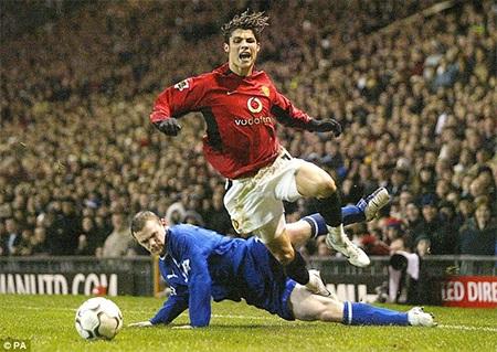 Rooney tranh bóng với Ronaldo, chỉ sau đó 1 năm 2 người đã là đồng đội