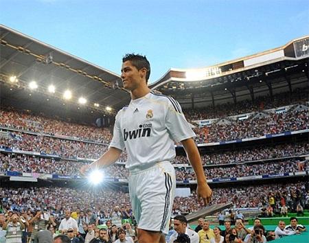 Ronaldo gia nhập Real Madrid với giá kỷ lục 80 triệu bảng