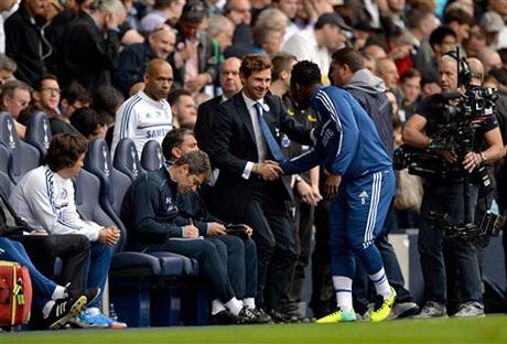 Essien chào huấn luyện viên Villas-Boas trước trận đấu