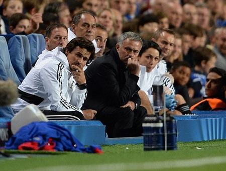 Chelsea ghi bàn, Mourinhi vẫn trầm ngâm xem học trò thi đấu