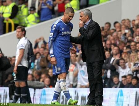 Mourinho an ủi Torres khi cầu thủ này rời sân. Chelsea đã giữ vững được tỷ số hòa 1-1