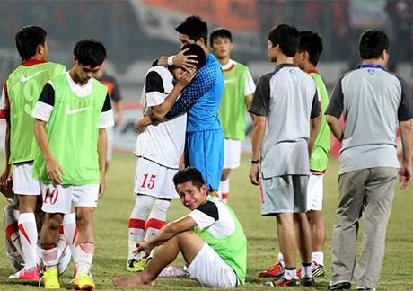Các cầu thủ U19 Việt Nam nhỏ lệ sau thất bại, ảnh: HAGL FC