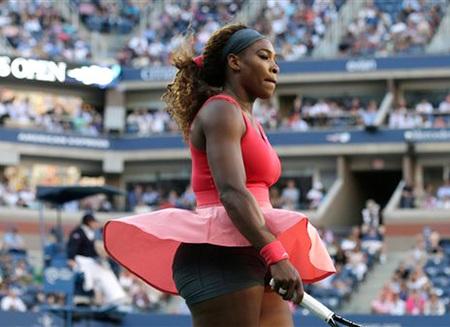 Serena mặc bộ đồ rất nổi, váy màu hồng cho trận chung kết