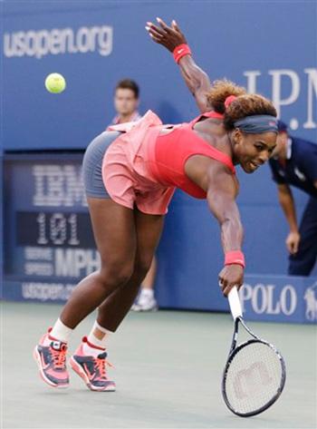 Serena nghiêng người trong pha đỡ bóng từ cú đánh của Azarenka