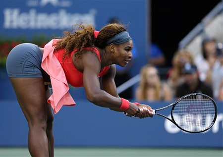 Tư thế đỡ bóng không đụng hàng của Serena