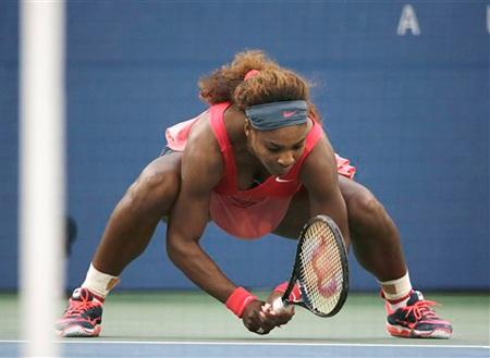 Đập vợt xuống mặt sân là cách Serena trút bỏ bực tức