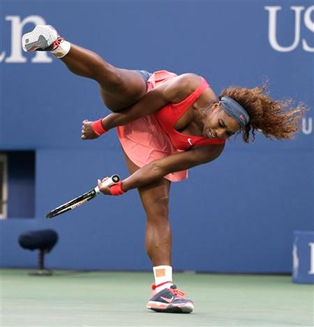 Tay vợt người Mỹ mất thăng bằng sau khi đỡ cú tấn công của đối thủ