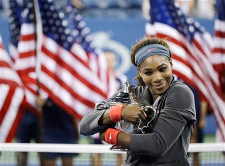Serena e ấp ôm chiếc cúp