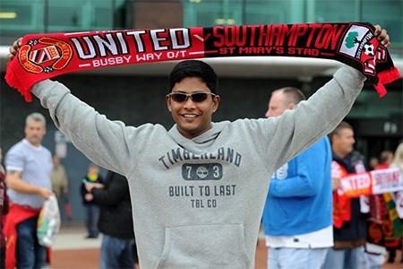 CĐV chụp hình trước SVĐ Old Trafford với chiếc khăn lưu niệm trước trận MU - Southampton