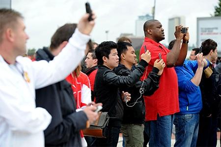 Rất nhiều người đã đứng chụp hình lưu niệm trước sân