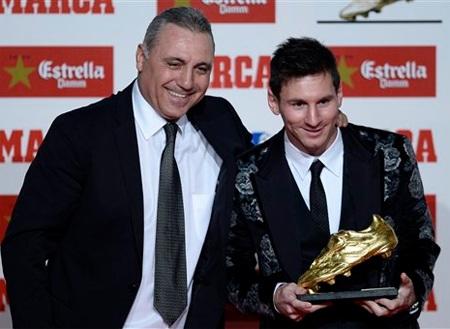 Huyền thoại Hristo Stoichkov trao phần thưởng cho Messi