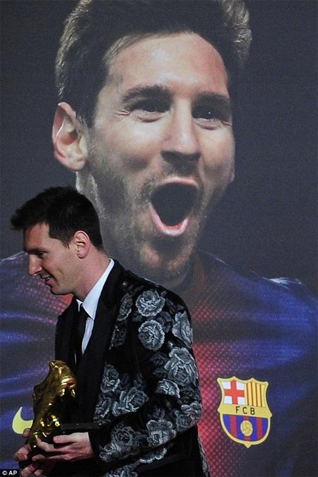 Messi bên chiếc poster in hình của chính anh