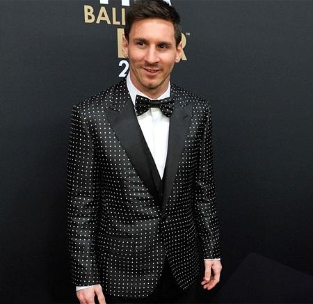 Một trong những lần hiếm hoi Messi được khen ăn mặc tinh tế hơn