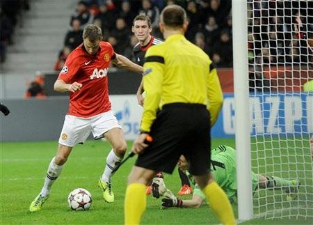 Phút 66, Evans có bóng gần khung thành sau khi Leno đẩy cú sút của Rooney...