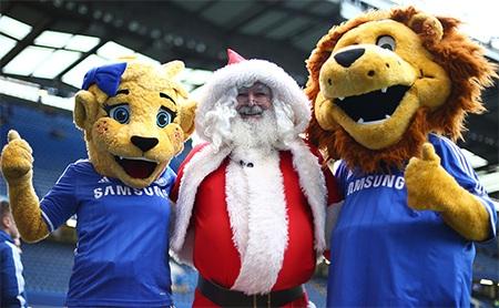 Không khí giáng sinh đang tới gần, biểu tượng của Chelsea chụp ảnh cùng ông già Noel